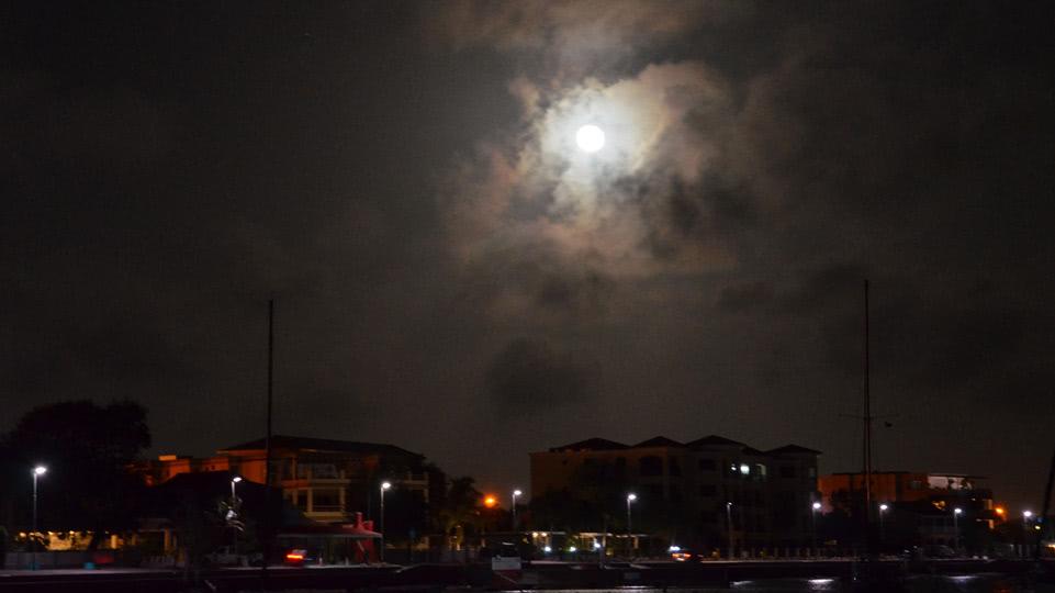 Bonaire-Grill-und-Perseiden-Mond-ueber-Kralendijk