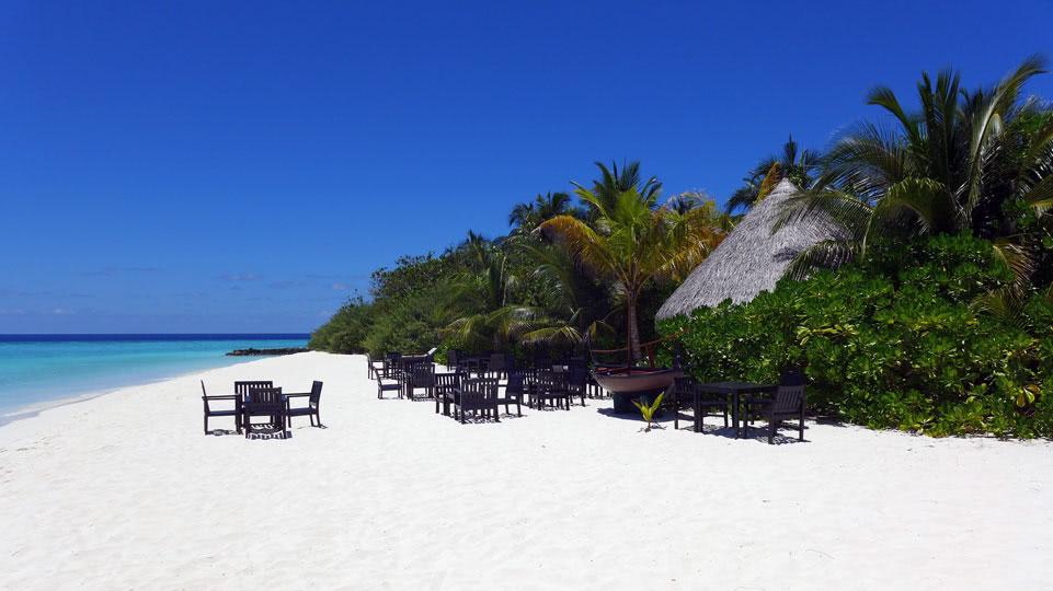 malediven-eriyadu-strand-mit-Bar-2015